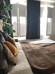 A bed or beds in a room at Slapen bij Café de Concurrent