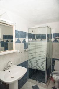 A bathroom at Studios Vythos