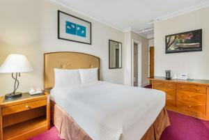 A bed or beds in a room at Travelodge by Wyndham Downtown Chicago