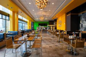 A restaurant or other place to eat at Travelodge by Wyndham Downtown Chicago