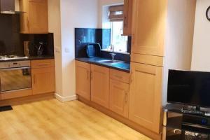 A kitchen or kitchenette at Hullidays - Hessle side 2 bed apt