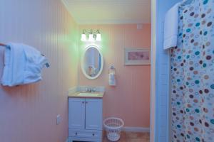 A bathroom at Sunset Cove Beach Resort