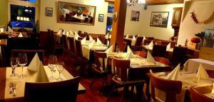 Ein Restaurant oder anderes Speiselokal in der Unterkunft Hotel Römerbad