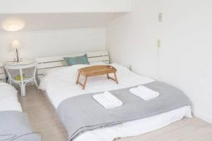 A bed or beds in a room at アンドステイ石川町