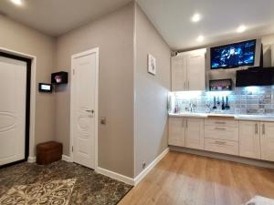 A kitchen or kitchenette at Violet Apartments