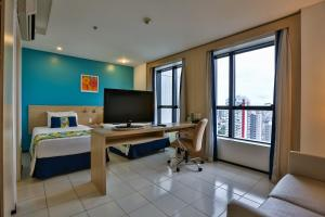 A television and/or entertainment center at Quality Hotel Manaus