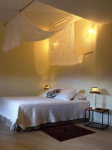 A bed or beds in a room at Casa da Cisterna