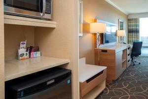 A kitchen or kitchenette at Hampton Inn & Suites, by Hilton - Vancouver Downtown