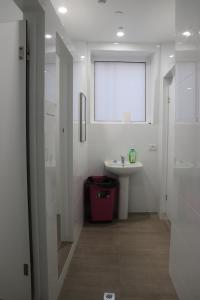 A bathroom at Backpackers Imperial Hotel