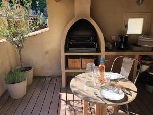 A restaurant or other place to eat at La Maison de Moustiers