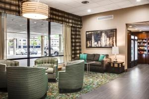 A seating area at Holiday Inn Rock Island-Quad Cities
