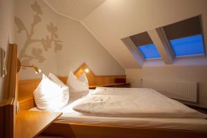 Ein Bett oder Betten in einem Zimmer der Unterkunft Hotel Haus Andrea