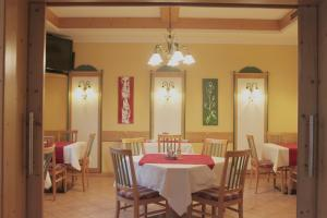 A restaurant or other place to eat at Hotel Garni Thermenoase