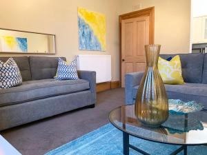 A seating area at Forest Park Apartment