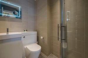 A bathroom at London Lodge Hotel
