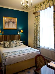 A bed or beds in a room at London Lodge Hotel