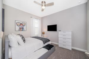 A bed or beds in a room at (AL2740) Storey Lake Home 6/5, Private Pool with Spa & Free Waterpark