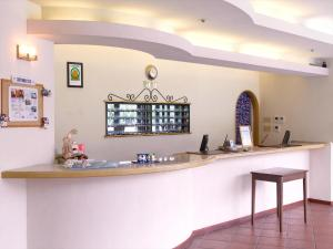 The lounge or bar area at Hotel Yugaf Inn Bise