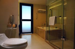 حمام في نزل هوليداي شيفو قوانغتشو