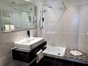A bathroom at Neues Parkhotel