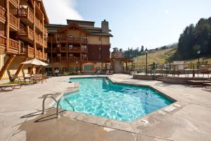 The swimming pool at or near Trickle Creek Lodge