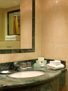 A bathroom at Killarney Plaza Hotel & Spa