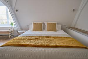 A bed or beds in a room at Het Gecroonde Swaert