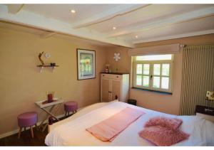 A bed or beds in a room at Het Eiken Huis