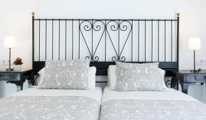 A bed or beds in a room at Hostal Trafalgar