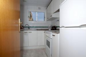 A kitchen or kitchenette at Apartamentos Sunway Tara