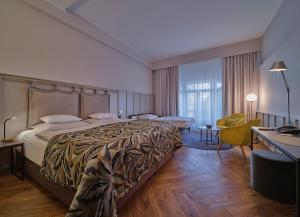 A bed or beds in a room at Classik Hotel Alexander Plaza
