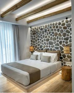 A bed or beds in a room at Villa Adriana Hotel