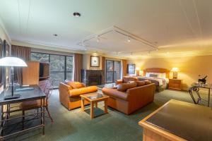 Ein Sitzbereich in der Unterkunft Banff Park Lodge