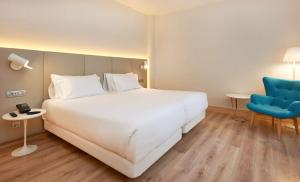 A bed or beds in a room at NH Bilbao Deusto