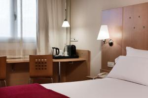 A bed or beds in a room at NH Logroño