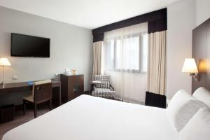 A bed or beds in a room at NH Madrid Sur