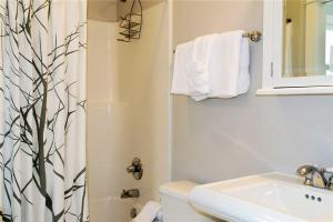 A bathroom at Big Fish Two-Bedroom Home