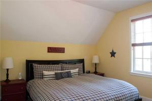 A bed or beds in a room at Clamdigger Cottage Three-Bedroom Home