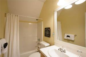 A bathroom at Clamdigger Cottage Three-Bedroom Home