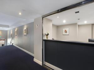 The lobby or reception area at Sydney Airport Suites