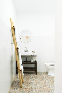 A bathroom at Dulces Dreams Boutique Hostel