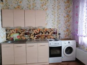 Кухня или мини-кухня в Апартаменты на Уральской