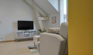 A seating area at Appartement confortable et design en hyper centre