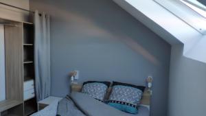 A bed or beds in a room at Appartement confortable et design en hyper centre