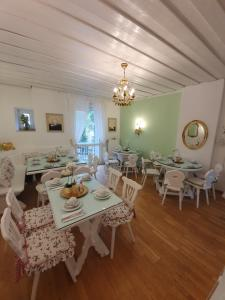 A restaurant or other place to eat at Pension Seibel