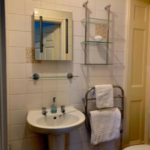 A bathroom at Carlton Lodge