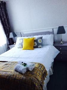 A bed or beds in a room at Arisaig Guest House