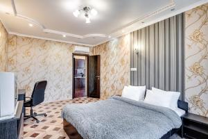 A bed or beds in a room at Apartment Gvardeiskaya Ploshchad
