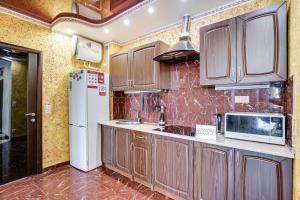 A kitchen or kitchenette at Apartment Gvardeiskaya Ploshchad