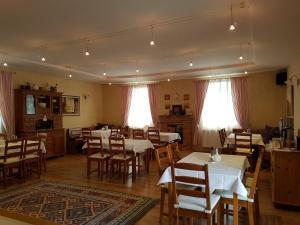 Ein Restaurant oder anderes Speiselokal in der Unterkunft Gombás Kúria Mansion Boutique B&B